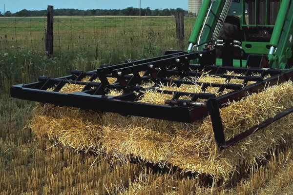 John Deere | Frontier™ Loader Equipment | Frontier™ Small Square-Bale Fork