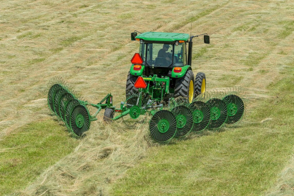 John Deere | Raking Equipment | Frontier™ Carted Wheel Rakes